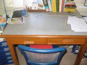 Schreibtisch. Leer.